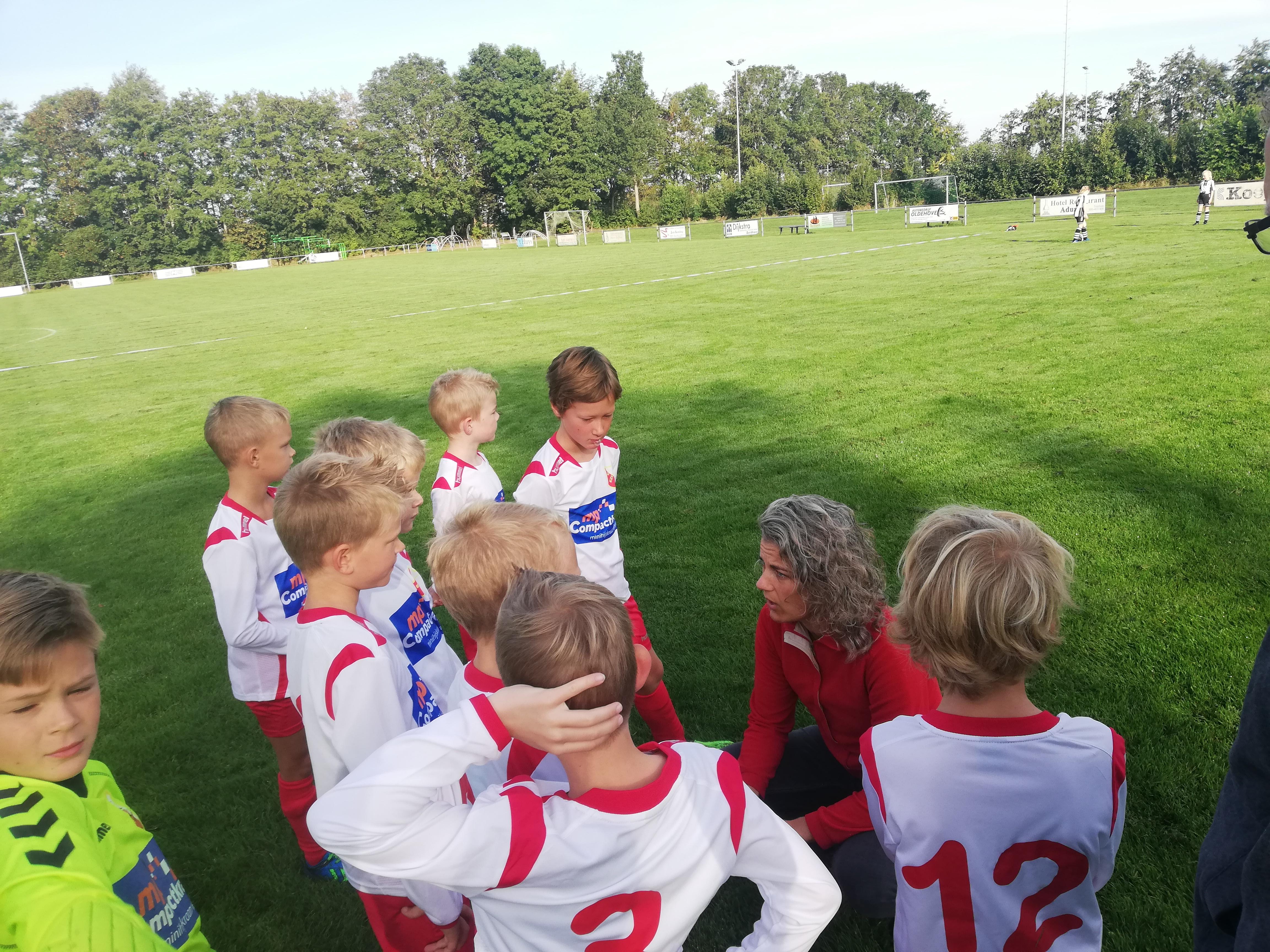 JO-9 luistert naar de laatste instructies van coach Mintsje voor de eerste competitiewedstrijd