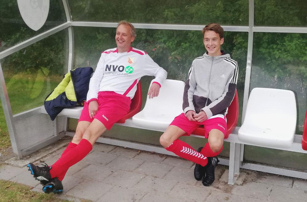 Vader en zoon Vlonk op de bank, voor het eerst samen in Ezinge 2